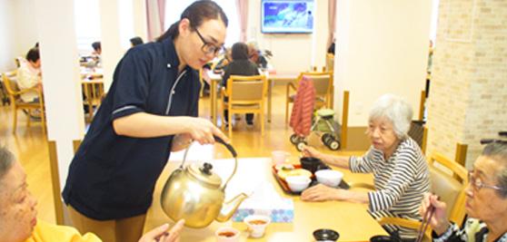 外国人介護士・外国人看護師はとても意欲的で熱心です。